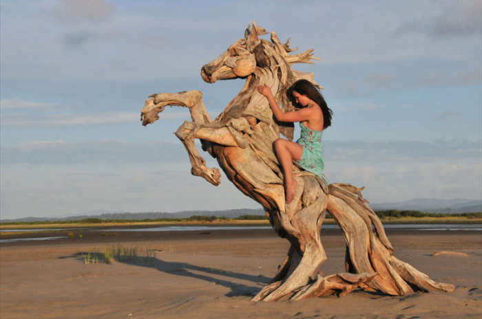 The-wooden-horse-from-Jeffrey-Whitten-just3ds.com-1